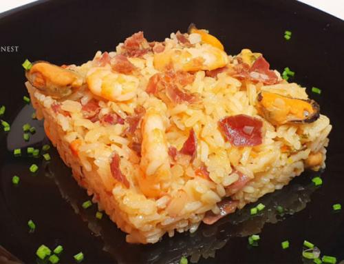 Arroz con delicias de mar y virutas de jamón